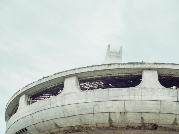 Symbole De L'effondrement De L'union Soviétique. Close Up Monument Abandonné Et Effondré En Forme D'ovni En Europe De L'est. Photo Premium
