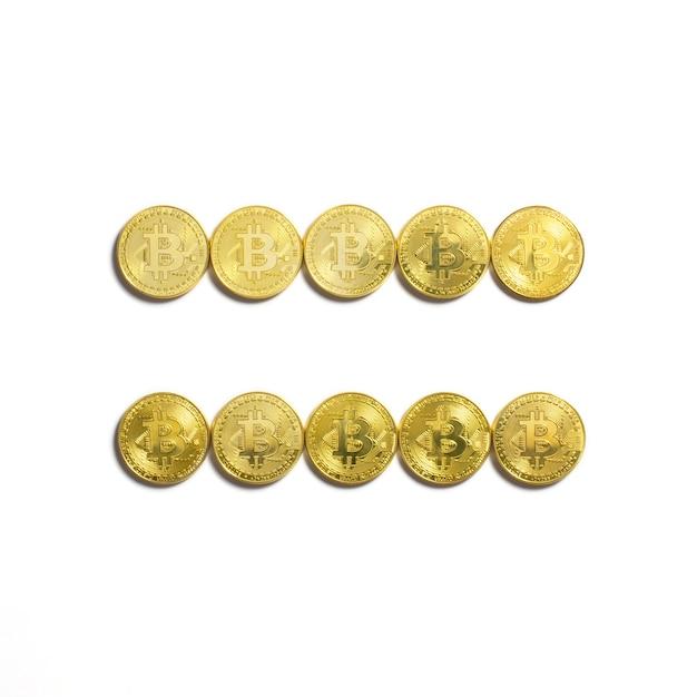 Le Symbole égal Disposé En Pièces Bitcoin Et Isolé Sur Fond Blanc Photo gratuit