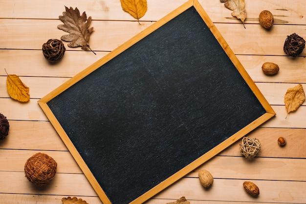 Symboles d'automne autour du tableau Photo gratuit