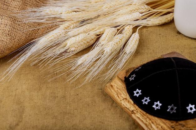 Symboles de la fête juive de la torah de shavouot et du bois de shofar Photo Premium