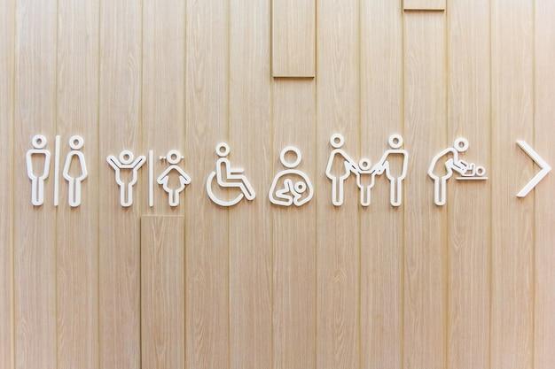 Symboles pour la toilette hommes, femmes, unisexe. papas avec des filles et mères avec des fils. Photo Premium