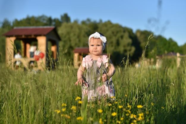 Sympathique jeune famille avec enfants se reposer en été dans la nature Photo Premium