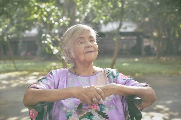 Sympathique vieille femme exprimant des émotions positives Photo Premium