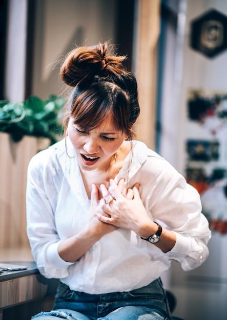 Symptômes De Crise Cardiaque La Femme A Une Douleur à La Poitrine, A Besoin De Premiers Soins En Rcr D'urgence, De Réanimation Paramédicale. Concept De Soins De Santé Photo Premium