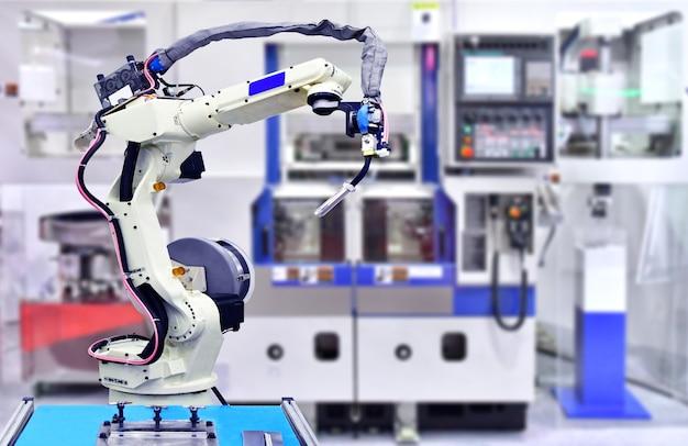 Système de machine-outil robotique blanche en usine, robot industriel. Photo Premium