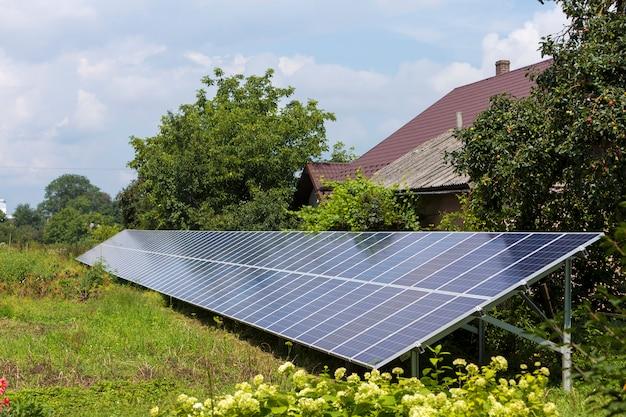 Un système moderne de panneaux solaires photovoltaïques brillants à économie d'énergie autonome à économie moderne Photo Premium