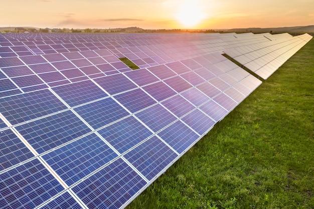 Système de panneaux solaires produisant de l'énergie propre renouvelable Photo Premium