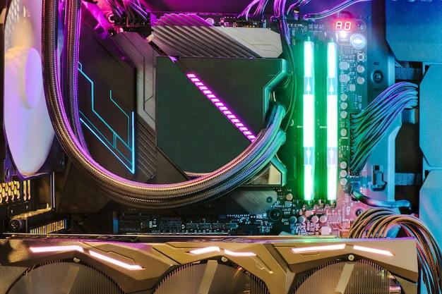 Système De Processeur De Ventilateur De Refroidissement Avec Lumières Multicolores Photo Premium