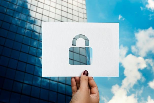 Système de sécurité réseau cadenas en papier perforé Photo gratuit