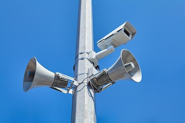 Système De Vidéosurveillance De La Ville Et De La Route Ainsi Que Des Haut-parleurs Publics Montés Sur Mât En Acier. Photo Premium