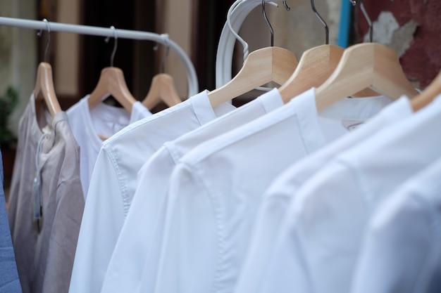 T-shirt blanc sur des cintres Photo Premium