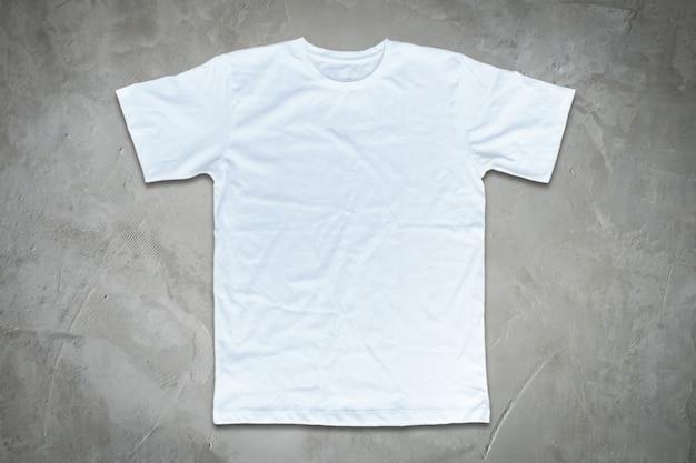 T-shirt blanc sur fond de mur en béton. Photo Premium