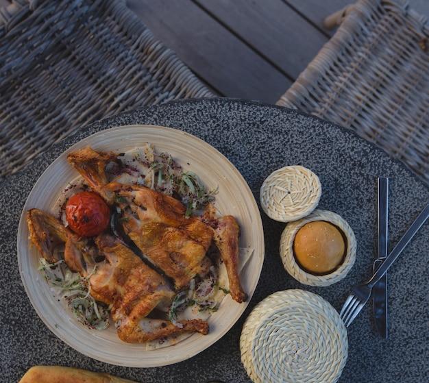 Tabacca de poulet au romarin avec œuf à la coque. Photo gratuit