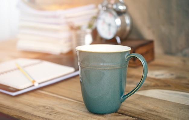 Table d'affaires avec une tasse de café. Photo Premium
