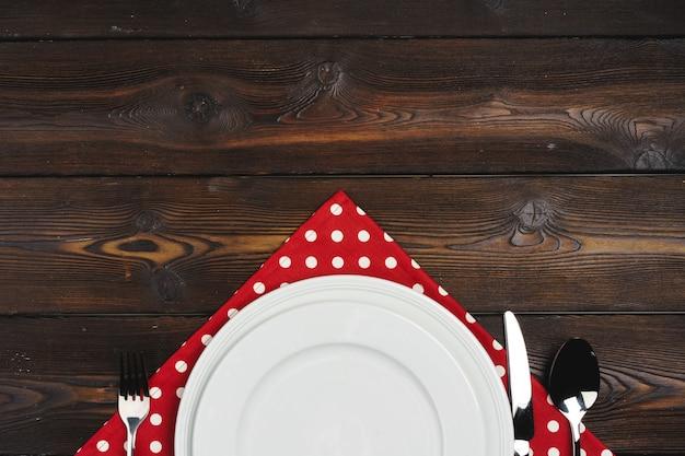 Table Avec Assiettes Sur Bois Sombre Photo Premium