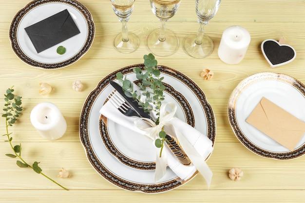 Table Avec Assiettes Et Couverts, Vue D'en Haut Photo Premium