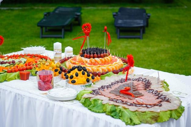 Table de banquet décorée de coeurs de fruits et de saucisses Photo Premium