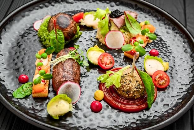 Table De Banquet De Restauration Joliment Décorée Avec Différentes Collations Alimentaires Photo Premium