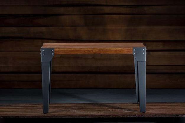 Table Basse En Bois Avec Pieds En Métal Dans L'atelier Du Menuisier Photo gratuit