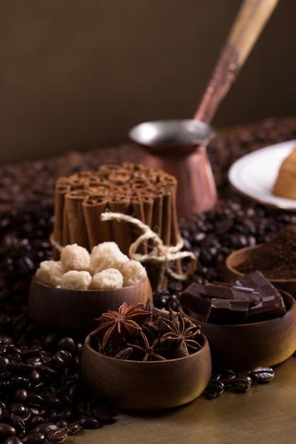 Table basse avec des morceaux de sucre, des chocolats et de la cannelle Photo Premium