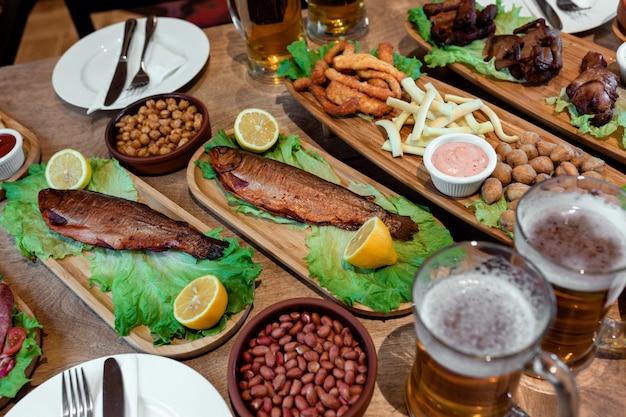Table avec beaucoup de snacks et de bière 1 Photo gratuit