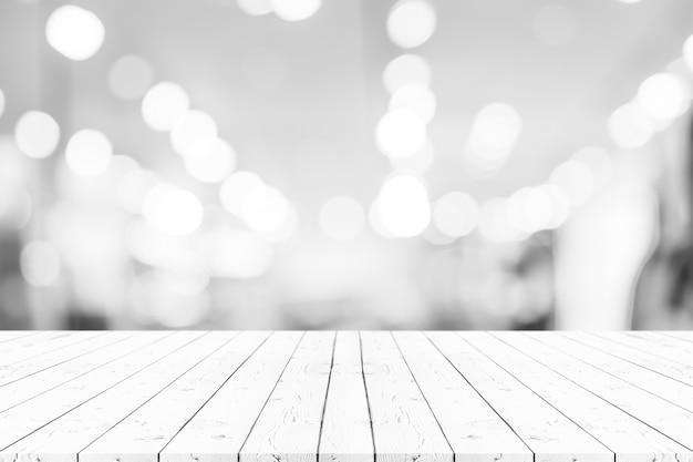 Table en bois blanche de perspective vide sur le dessus d'arrière-plan flou Photo Premium