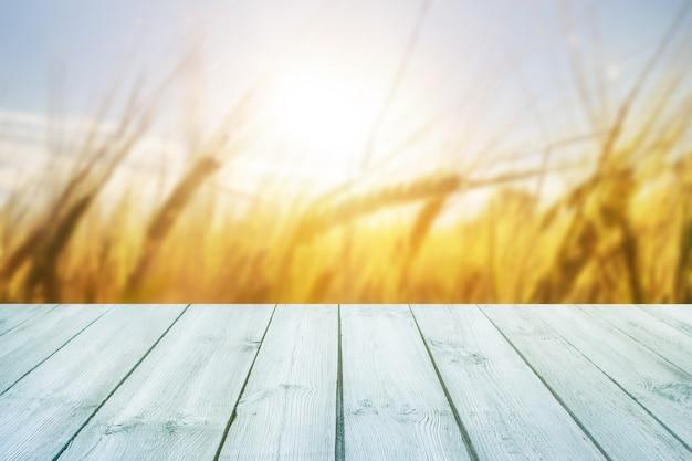 Table en bois bleue vide avec grain floue sur fond Photo Premium