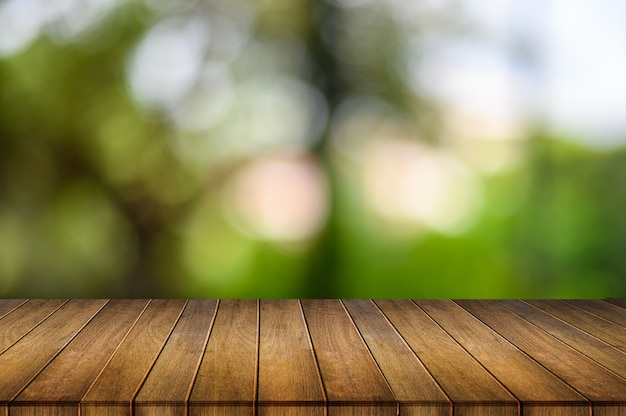 Table en bois sur bokeh nature Photo Premium