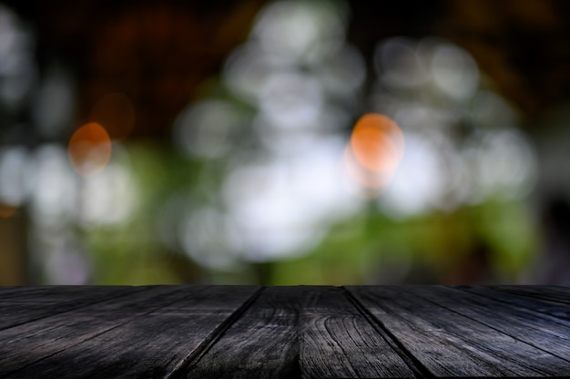 Table en bois sur bokeh nature Photo Premium