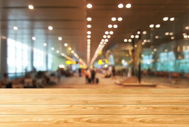 Table En Bois Dans Le Fond De La Grande Salle De Conférence. Photo Premium