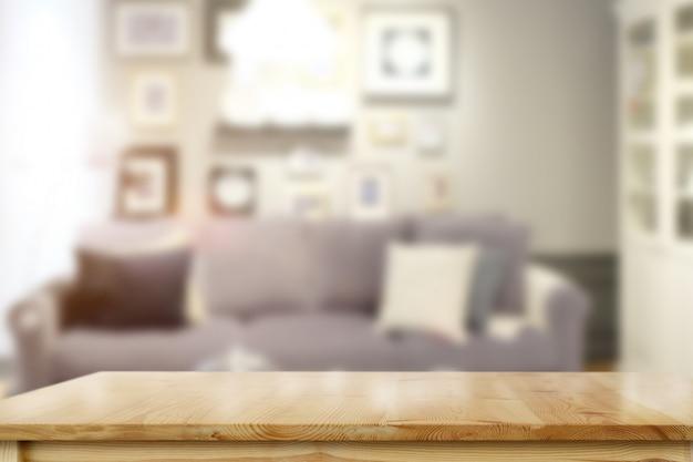 Table en bois dans le salon Photo Premium