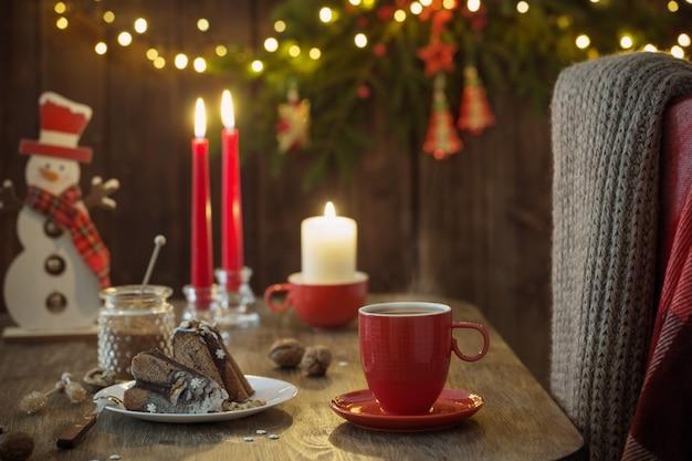 Table En Bois Avec Décoration Et Gâteau De Noël Photo Premium