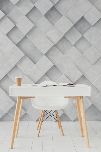 Table en bois et fond moderne Photo gratuit
