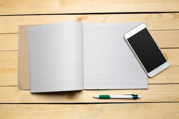 Table en bois avec fournitures de bureau, vue de dessus Photo Premium