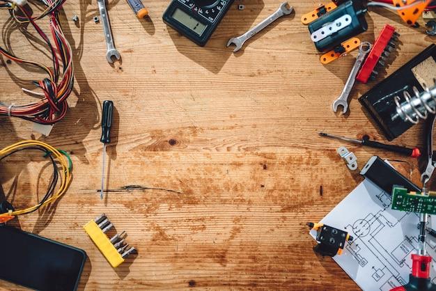 De table en bois avec des outils électriques Photo Premium