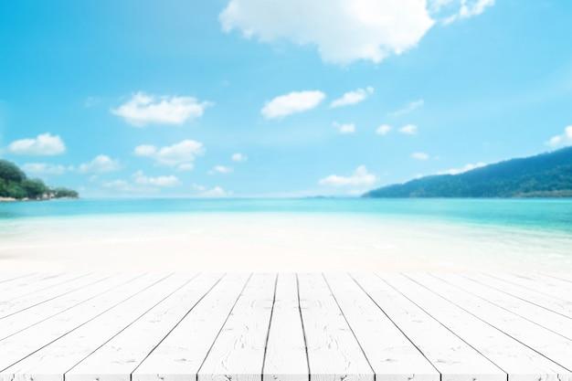 Table en bois perle blanche vide de perspective sur le dessus de l'arrière-plan flou Photo Premium