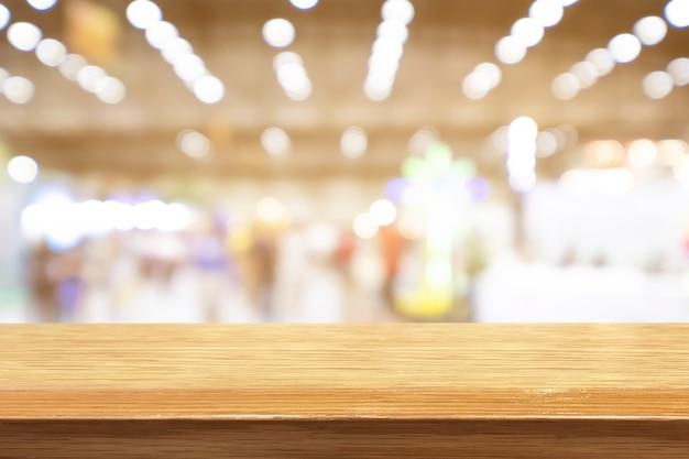 Table en bois de perspective sur le fond flou café-restaurant Photo Premium