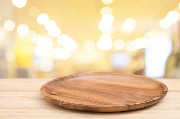 Table en bois de perspective et plateau en bois sur le dessus sur fond clair flou bokeh. Photo Premium