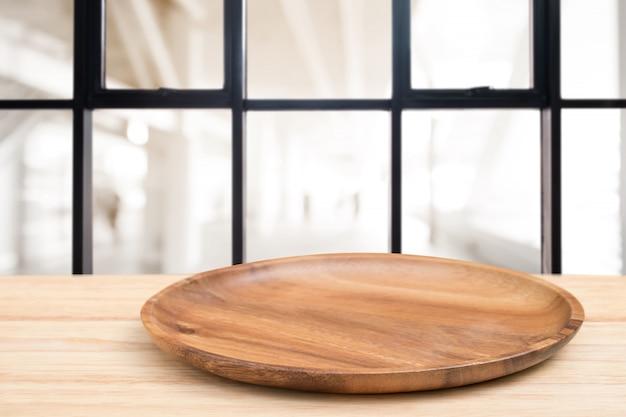 Table en bois perspective et plateau en bois sur le fond flou café-restaurant Photo Premium