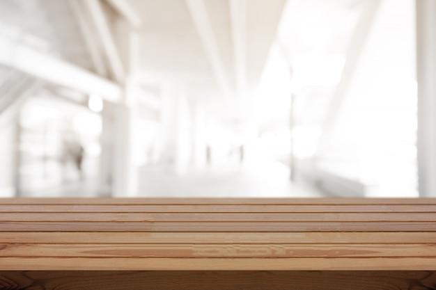 Table en bois de pin sur fond flou Photo Premium
