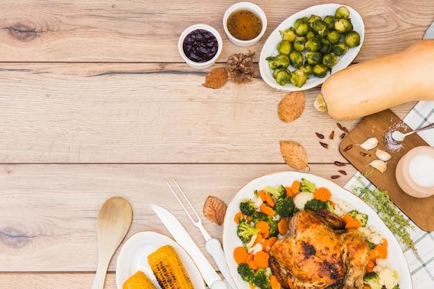 Table en bois recouverte de différents aliments Photo gratuit