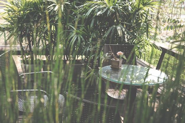 Table En Bois Ronde Sur La Terrasse De La Maison. Photo Premium