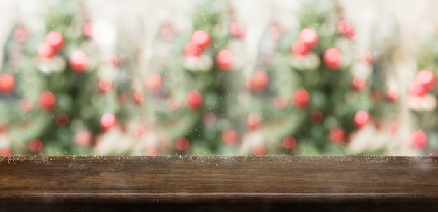Table en bois rustique vide avec flou arbre de noël Photo Premium