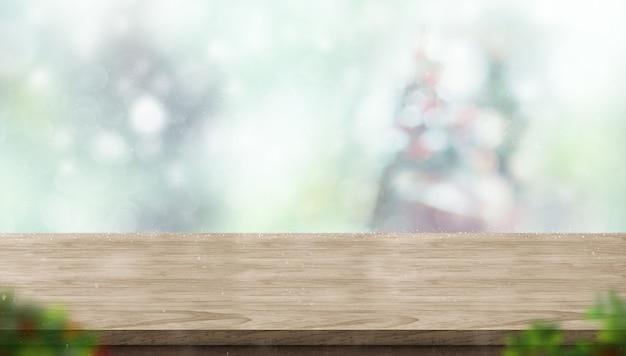 Table en bois vide avec abstrait flou arbre de noël et neige tombant fond avec boke Photo Premium