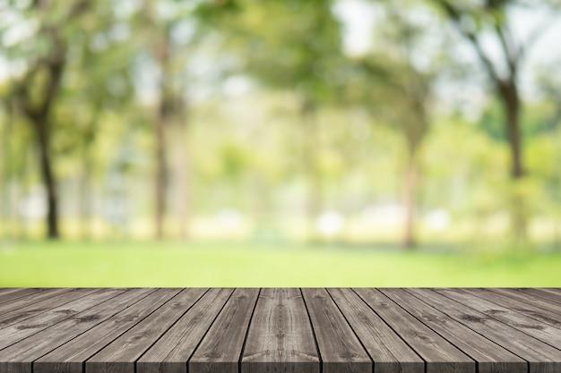 Table en bois vide sur l'espace de copie floue Photo Premium