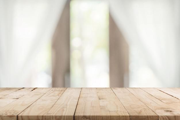 Table en bois vide et fond de fenêtre flou avec espace copie, montage d'affichage pour le produit. Photo Premium