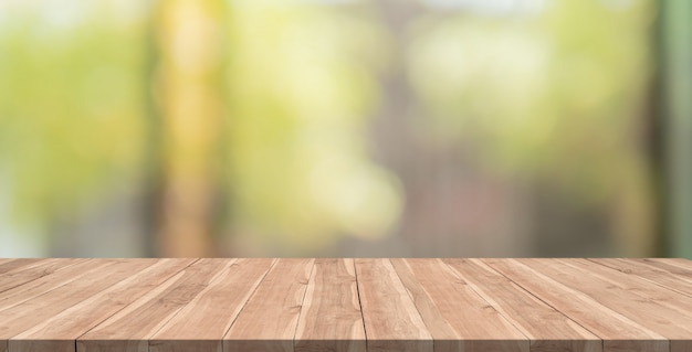 Table en bois vide sur fond flou Photo Premium