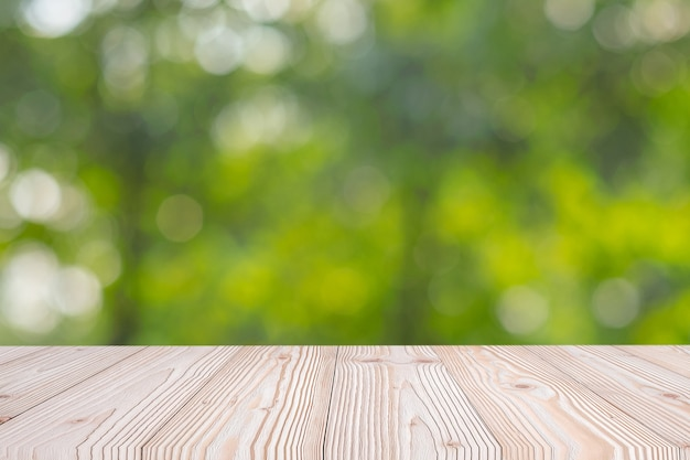 Table en bois vide sur fond naturel vert Photo Premium
