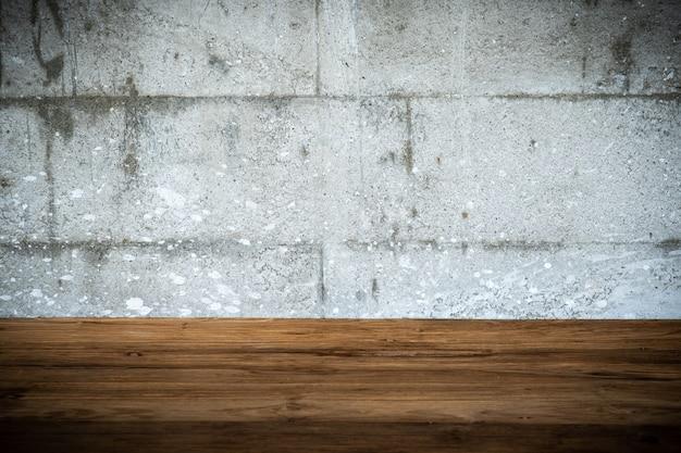 Table en bois vide et fond style béton grunge. espace de copie pour insérer des objets graphiques et texte. Photo Premium