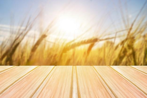 Table en bois vide avec des herbes floues, grain sur fond Photo Premium